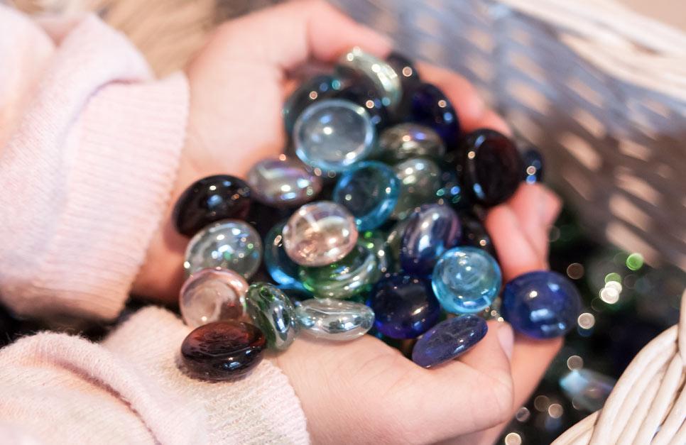 Kinderhand mit Glasperlen