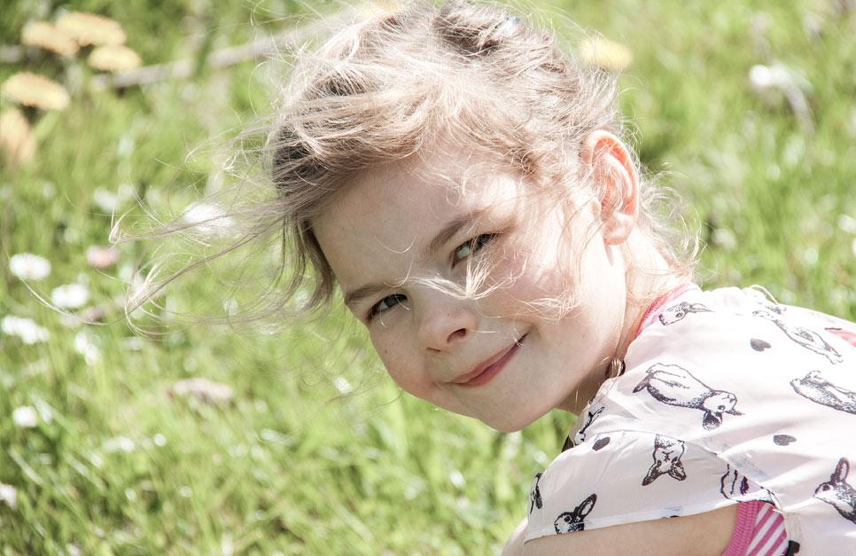 Lächelndes Kind im Grünen