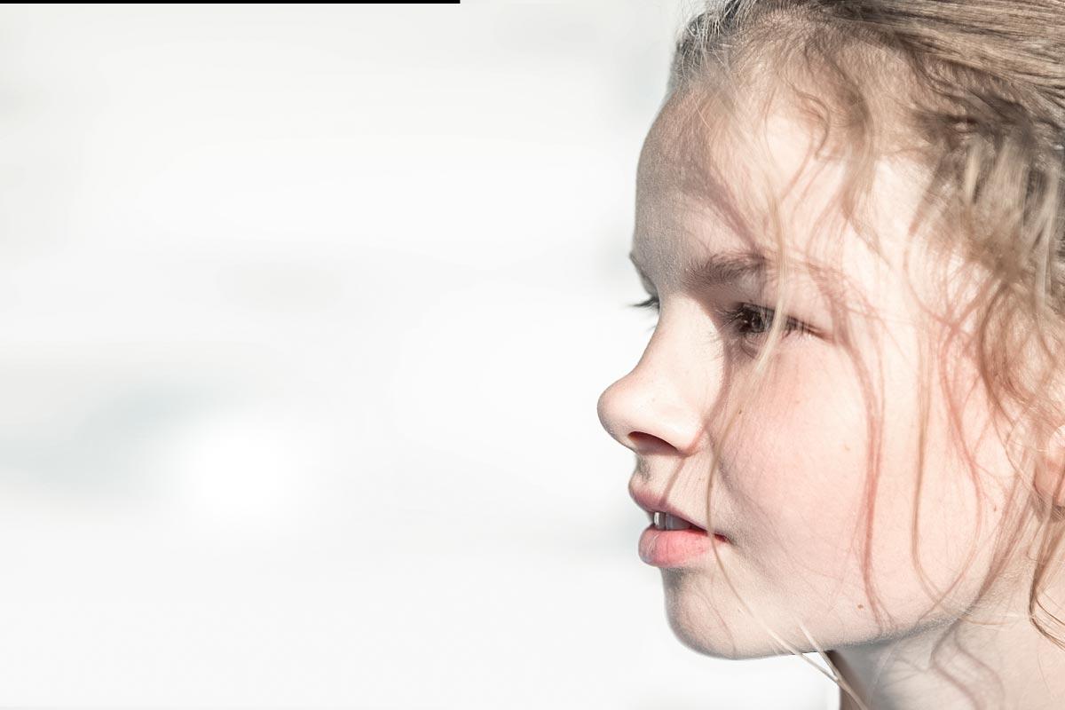 Nachdenkliches Kind vor weißem Hintergrund
